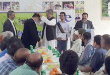 آدم جی سائنس کالج میں منعقدہ اسپورٹس تقریب میں جسٹس(ر)اطہر سعید ،پروفیسر سلمان رضان کو گولڈ میڈل پہناتے ہوئے