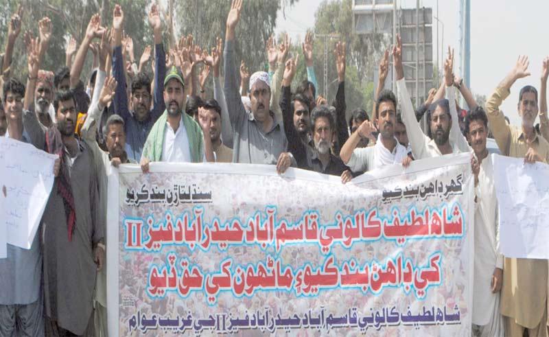 حیدرآباد ،ایچ ڈی اے کے ملازمین تنخواہوں کی عدم ادائیگی کے خلاف پریس کلب کے سامنے احتجاج کررہے ہیں