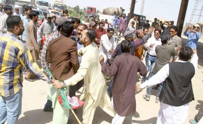 حیدر آباد: پاکستان تحریک انصاف کے دو گروہوں میں تصادم کے دوران بیچ بچاؤ کرایا جارہا ہے
