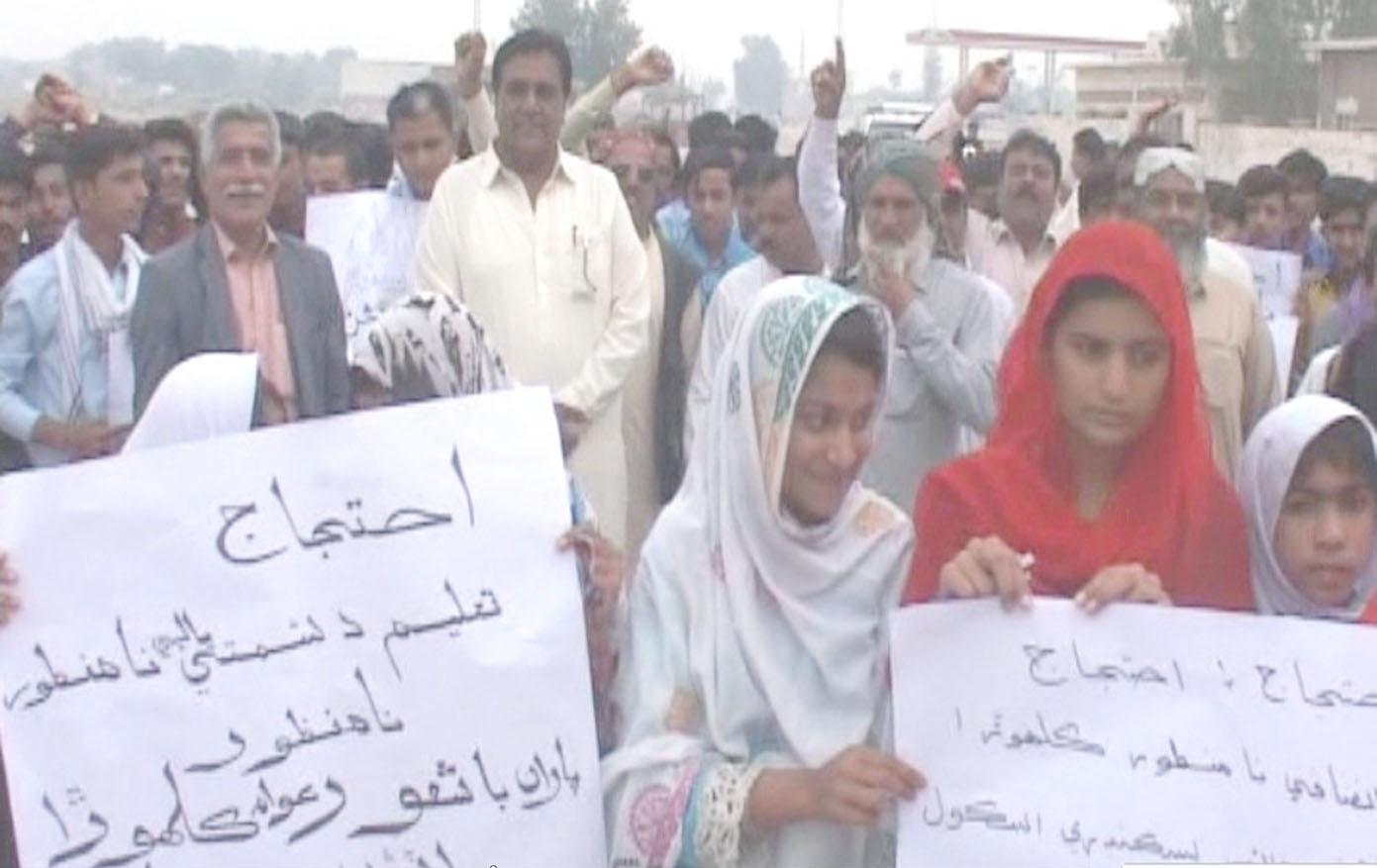 نوشہروفیروز ،کلہوڑو اسٹیشن کے ہائر سیکنڈری اسکول کی طالبات انتظامیہ کے خلاف احتجاج کررہی ہیں