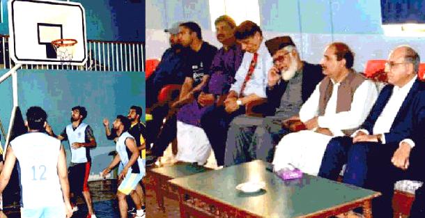 آل پاکستان انٹر یونیورسٹیز باسکٹ بال چیمپئن شپ میں مہمان خصوصی ڈاکٹر مجیب الدین صحرائی ودیگر میچ دیکھ رہے ہیں