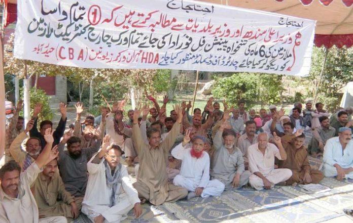 حیدر آباد: ایچ ڈی اے مہران ورکرز یونین کے تحت تنخواہ اور پنشن کی عدم ادائیگی کیخلاف تلسی داس اسٹیشن پر ملازمین نے دھرنا دیا ہوا ہے