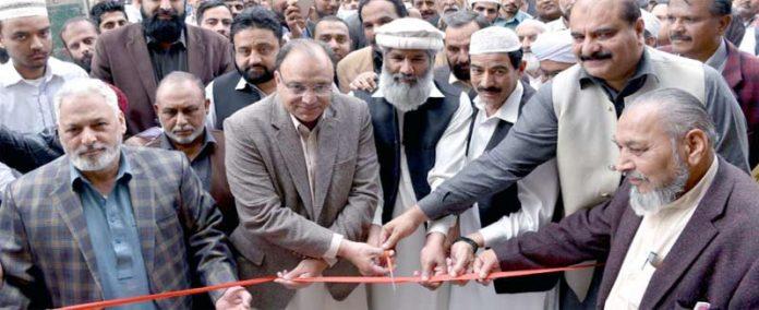 راولپنڈی، ممبرکنٹونمنٹ بورڈ مرزا خالد ، راجا عرفان امتیاز ، راجا پرویزاختر ، ح افظ سراج کوثرکالونی میں واٹرفلٹریشن پلانٹ کا افتتاح کررہے ہیں
