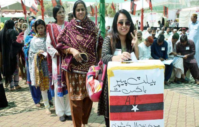 حیدرآباد،عوامی تحریک کے انتخابات کے موقع پر خواتین کارکنان اپنا ووٹ کاسٹ کررہی ہیں
