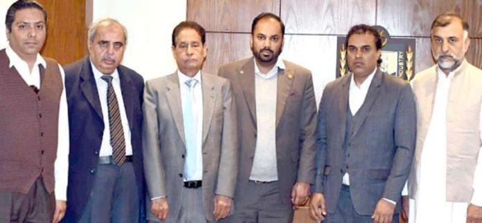 ماسکو میں کاروبار کرنے والے پاکستانی تاجروں کے وفد کا صدر اسلام آباد چیمبر احمد حسن کے ساتھ گروپ