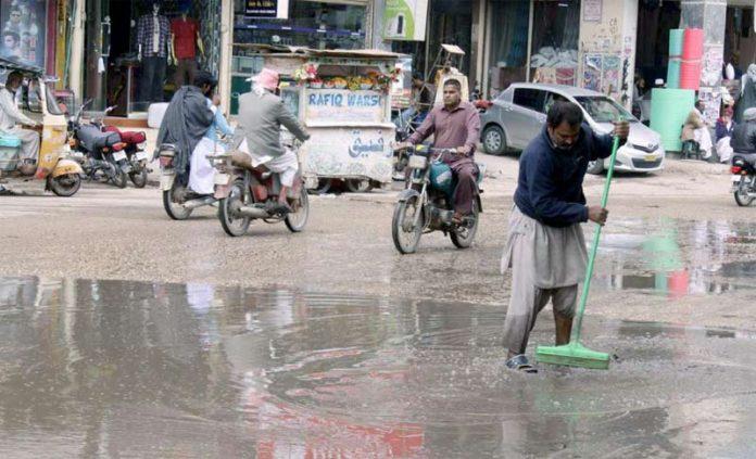 حیدر آباد: پریس کلب کا ملازم سڑک پر جمع سیوریج کا پانی صاف کررہا ہے