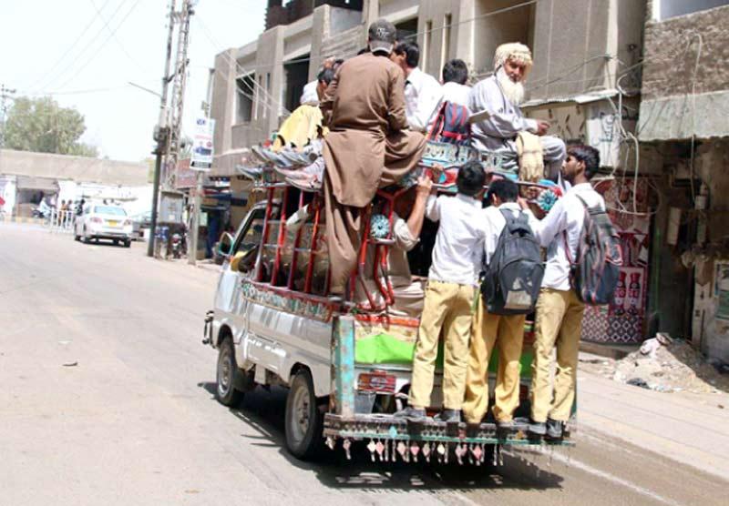 حیدر آباد: بلدیہ کا عملہ لطیف آباد 10 نمبر میں سڑک پر فروخت کیے جانے والے میٹریل کو تحویل میں لے رہا ہے