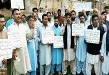 نوشہروفیروز،پیرامیڈیکل اسٹاف کا عملہ ملازمین پر حملہ کرنے والے ملزمان کی عدم گرفتاری کے خلاف احتجاج کررہے ہیں