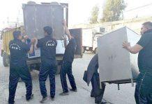 راولپنڈی،انسداد تجاوزات کا عملہ آپریشن کے دوران سامان اپنے قبضے میں لے رہا ہے