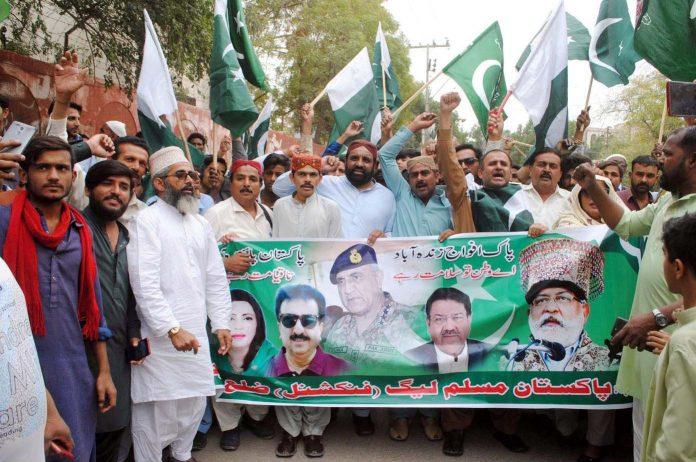 حیدرآباد،پاکستان مسلم لیگ(فنکشنل) کے تحت پاک فوج کی حمایت میں پریس کلب کے سامنے مظاہرہ کررہے ہیں