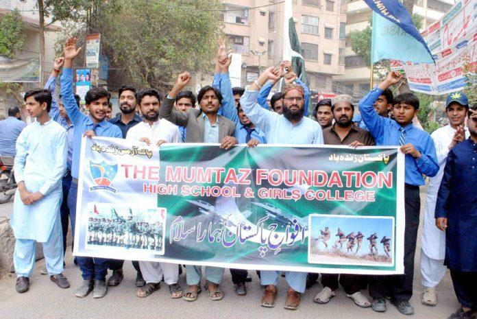 حیدر آباد: سرکاری اسکول کے زیر اہتمام طلبہ فوج سے اظہار یکجہتی کے لیے ریلی نکال رہے ہیں