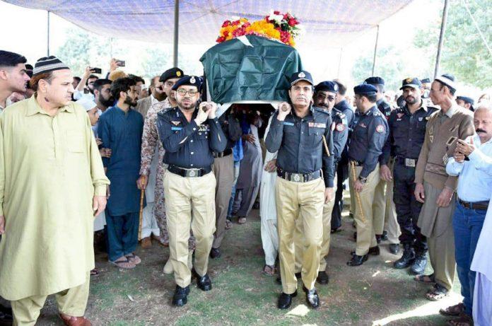 نامعلوم ملزمان کی فائرنگ سے شہید ہونے والے کانسٹیبل کی نماز جنازہ کے بعد تدفین کیلیے لے جا رہے ہیں