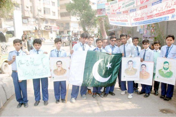 حیدر آباد: پاک فوج سے اظہار یکجہتی کے لیے اسکول کے طلبہ پریس کلب پر مظاہرہ کررہے ہیں