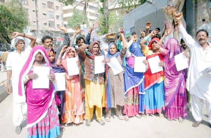 حیدر آباد: ٹنڈو حیدر کے مکین مطالبات منظور نہ ہونے کیخلاف پریس کلب پر سراپا احتجاج ہیں