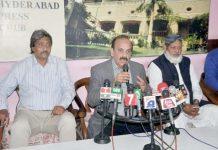 حیدر آباد: پی ایس پی کے رہنما شبیر احمد قائم خانی پریس کانفرنس کررہے ہیں