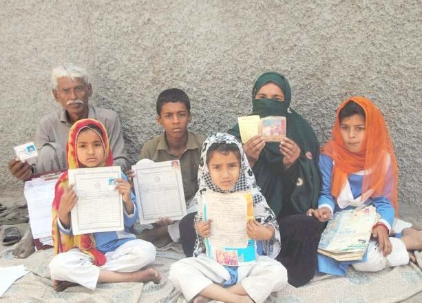 حیدرآباد،کوٹری کے رہائشی مطالبات کے حق میں پریس کلب کے سامنے مظاہرہ کررہے ہیں