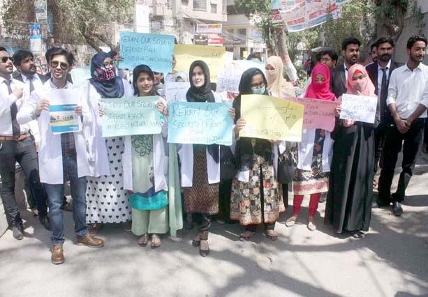 حیدرآباد،اسرار یونیورسٹی کے طلبہ مطالبات کے حق میں مظاہرہ کررہے ہیں