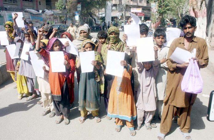 حیدرآباد،ٹنڈوحیدر کے رہائشی بااثر افراد کے خلاف پریس کلب کے سامنے احتجاج کررہے ہیں