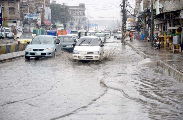 پشاور،مرکزی شاہراہ پر جمع سیوریج کاگندا پانی مقامی انتظامیہ کی کارکردگی کا پول کھول رہا ہے