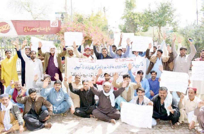 لاڑکانہ ،گسٹا کے تحت مطالبات کی عدم منظوری کے خلاف جناح باغ کے سامنے احتجاج کیا جارہا ہے