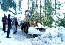 ایبٹ آباد ،بھاری مشینری کے ذریعے سڑک پر جمی برف صاف کی جارہی ہے