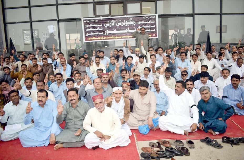 لاڑکانہ، بورڈ آف انٹرمیڈیٹ اور سیکنڈری ایجوکیشن کے ملازمین مطالبات کی عدم منظوری کیخلاف پریس کلب کے سامنے احتجاج کررہے ہیں