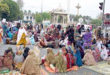 لاہور،لیڈی ہیلتھ ورکرز مطالبات کی عدم منظوری کے خلاف پنجاب اسمبلی کے سامنے احتجاجاً دھرنا دیے بیٹھی ہیں