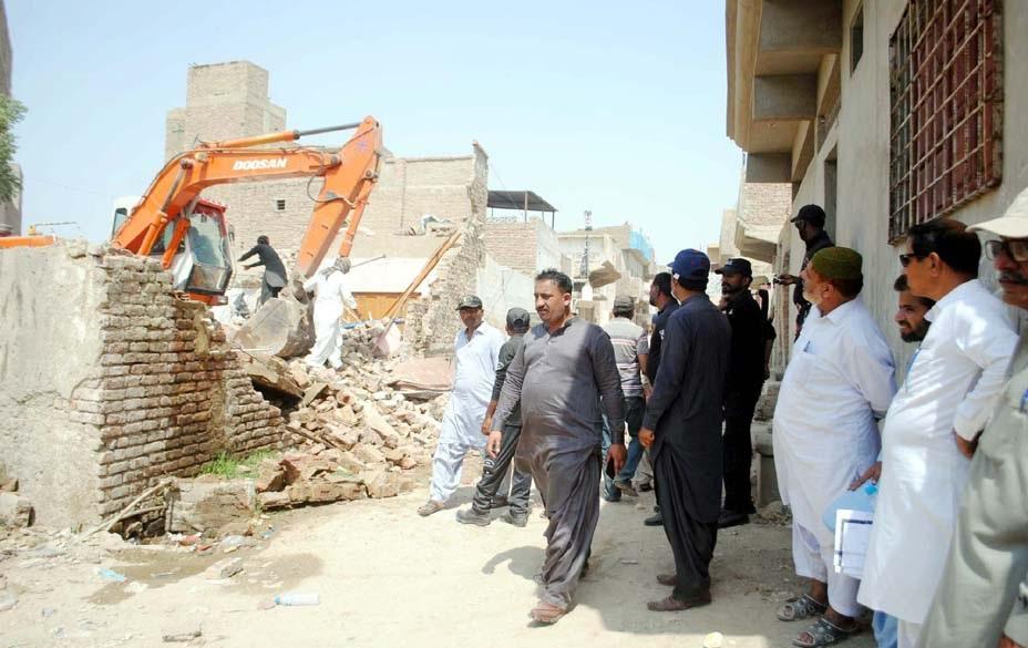 حیدر آباد، انسداد تجاوزات کا عملہ قاسم آباد کے علاقے میں غیرقانونی عمارتیں منہدم کررہا ہے