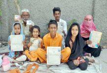 حیدرآباد،کوٹری کا رہائشی خاندان مطالبات کے حق میں پریس کلب کے سامنے مظاہرہ کررہا ہے