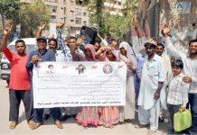 حیدر آباد، ڈسٹرکٹ میونسپل کارپوریشن کے ملازمین تنخواہوں اور مراعات کی عدم فراہمی کیخلاف پریس کلب کے سامنے احتجاج کررہے ہیں