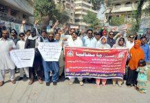حیدر آباد، جوائنٹ سیکنڈری الائنس کے تحت مطالبات کے حق میں پریس کلب کے سامنے مظاہرہ کیا جارہا ہے