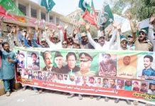 حیدر آباد، پاکستان تحریک انصاف کے تحت پاک فوج کی حمایت میں پریس کلب کے سامنے مظاہرہ کیا جارہا ہے