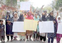 حیدر آباد، کوٹری کے رہائشی مطالبات کے حق میں پریس کلب کے سامنے مظاہرہ کررہے ہیں