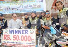 حیدر آباد، آل پاکستان وہیل چیئرز کرکٹ ٹورنامنٹ کے فاتح ایک دوسرے کو مٹھائی کھلارہے ہیں
