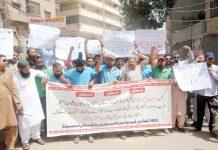 حیدر آباد، فلپ مورس پاکستان کوٹری کے ملازمین کمپنی کو غیرقانونی طور پر بند کرنے کیخلاف پریس کلب کے سامنے احتجاج کررہے ہیں