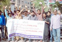 حیدر آباد: چاندنی موبائل شاپ کیپر ایسوسی ایشن کے تحت مطالبات کے حق میں پریس کلب پر مظاہرہ کیا جارہا ہے