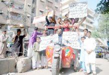 حیدر آباد: شہریوں کی جانب سے مطالبات کے حق میں مظاہرے کے دوران شرکا بینر اٹھائے ہوئے ہیں