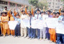 حیدر آباد: گورنمنٹ اسکول ماسو بھرگڑی کے طلبہ مطالبات کے حق میں پریس کلب پر مظاہرہ کررہے ہیں