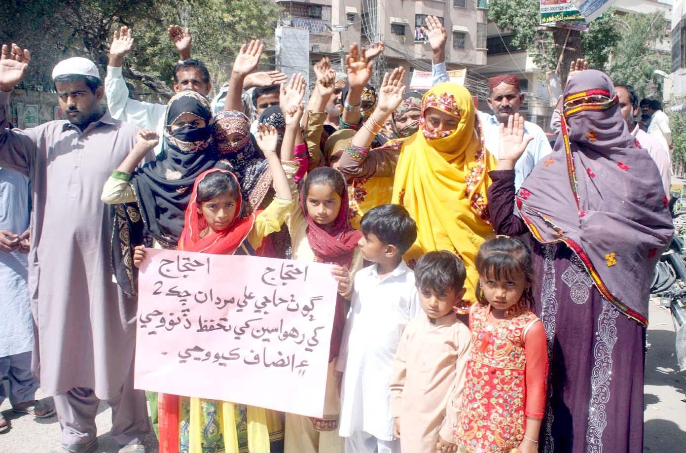 حیدرآباد،نوابشاہ کے رہائشی بااثر افراد سے تحفظ کے لیے پریس کلب کے سامنے مظاہرہ کررہے ہیں