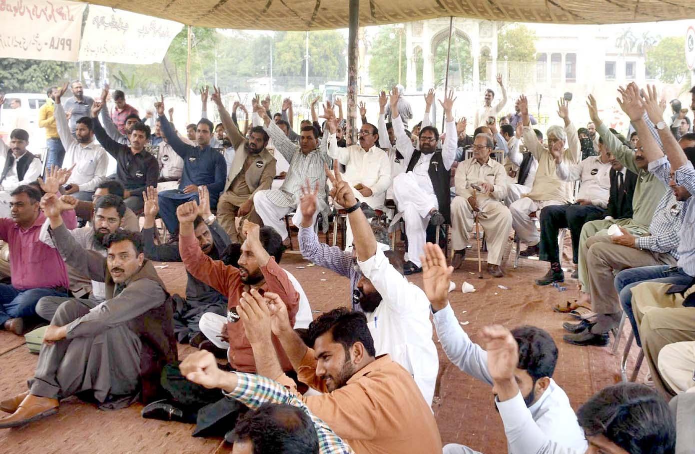 لاہور،پنجاب پروفیسرز لٹریچر ایسوسی ایشن کے تحت مطالبات کی عد م منظوری کیخلاف فیصل چوک پر دھرنا دیا جارہا ہے
