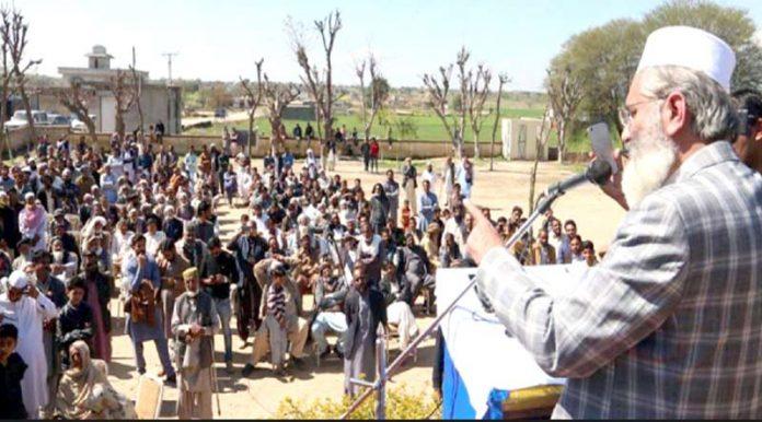 امیر جماعت اسلامی پاکستان سینیٹر سراج الحق کنٹرول لائن متاثرین سے چھمب سیکٹر میں خطاب کررہے ہیں