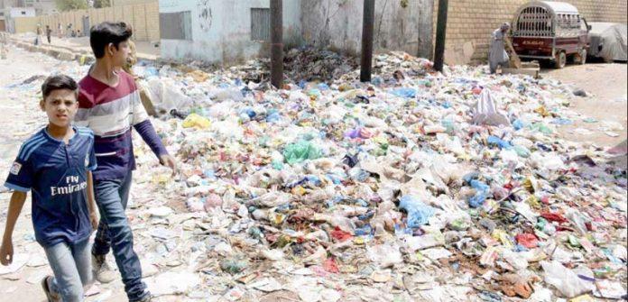 انتظامیہ کی نا اہلی کے باعث ناصر کالونی کی گلی میں کچرا پڑا ہوا ہے، اہل علاقہ نے اعلیٰ حکام سے نوٹس لینے کا مطالبہ کیا ہے