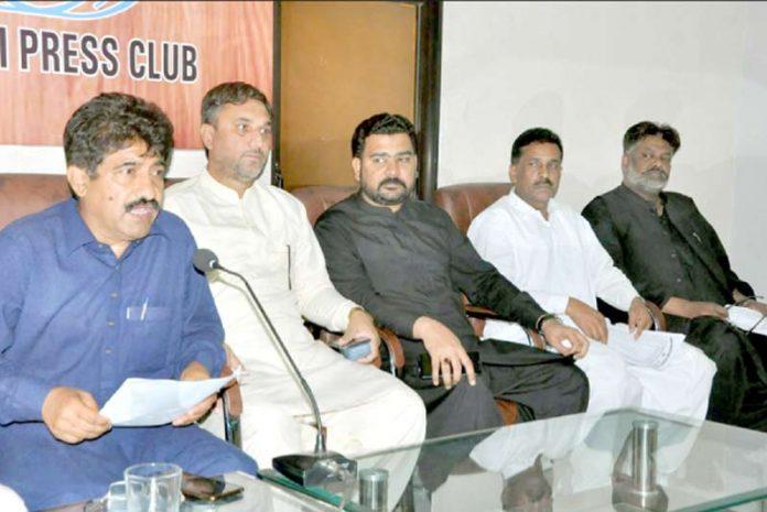 سندھ ایجوکیشن کمیٹی کے چیئرمین اعجاز علی پریس کانفرنس کررہے ہیں(فوٹو:جسارت)