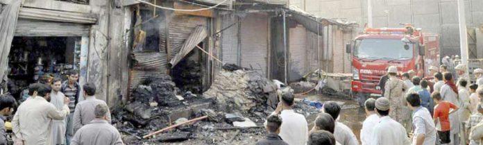 شیرشاہ میں کپڑوں کے گودام میں لگنے والی آگ بجھائی جا رہی ہے