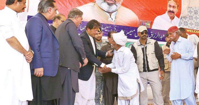 چاچھرو: وزیراعظم عمران خان مستحقین میں صحت انصاف کارڈ تقسیم کررہے ہیں