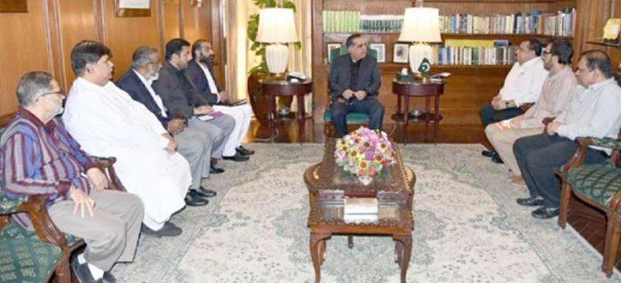 گورنر سندھ سے ریڈ کریسنٹ حیدرآباد کے چیئرمین محمد فاروق میمن کی سربراہی میں وفد ملاقات کر رہا ہے