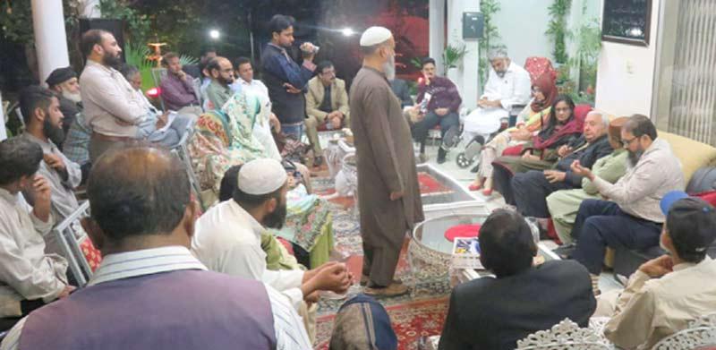 پاکستانی نژاد برطانوی قانون دان نسیم احمد باجوہ ڈاکٹر عافیہ کی رہائش گاہ پر مشاورتی اجلاس سے خطاب کر رہے ہیں