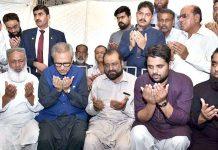کراچی:صدرعارف علوی شہید سید اریب احمد اور ذیشان رضا کے اہلخانہ سے ملاقات کے بعد فاتحہ خوانی کررہے ہیں