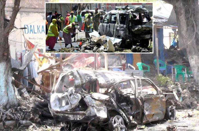 موغادیشو: ہول ناک بم دھماکے کے نتیجے میں گاڑیاں تباہ ہوگئی ہیں' سیکورٹی اہل کاروں نے علاقے کو گھیر رکھا ہے