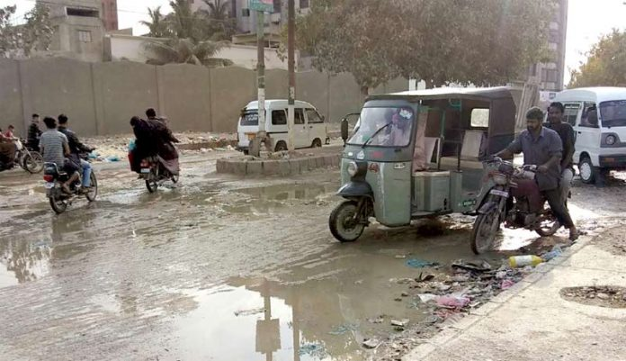 نیو کراچی سیکٹر 5-E کی سڑک پر سیوریج کے پانی سے ٹریفک کو شدید دشواری کا سامنا ہو رہا ہے